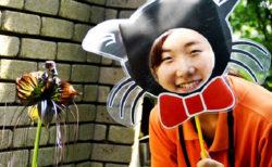 タッカ・シャントリエリ(ブラック・キャット)と黒猫のフォトプロップスで記念撮影している様子