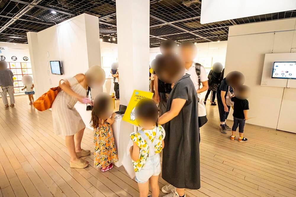 「ノラネコぐんだん展」横浜赤レンガ倉庫の開催風景