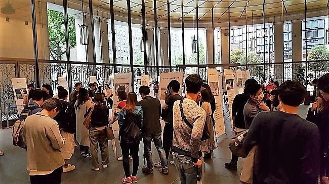 命をつないだ ワンニャン写真・動画コンテストの展示会に訪れる人々