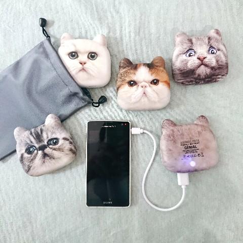 モバイルバッテリー「にゃんこチャージ」でスマホを充電するイメージ