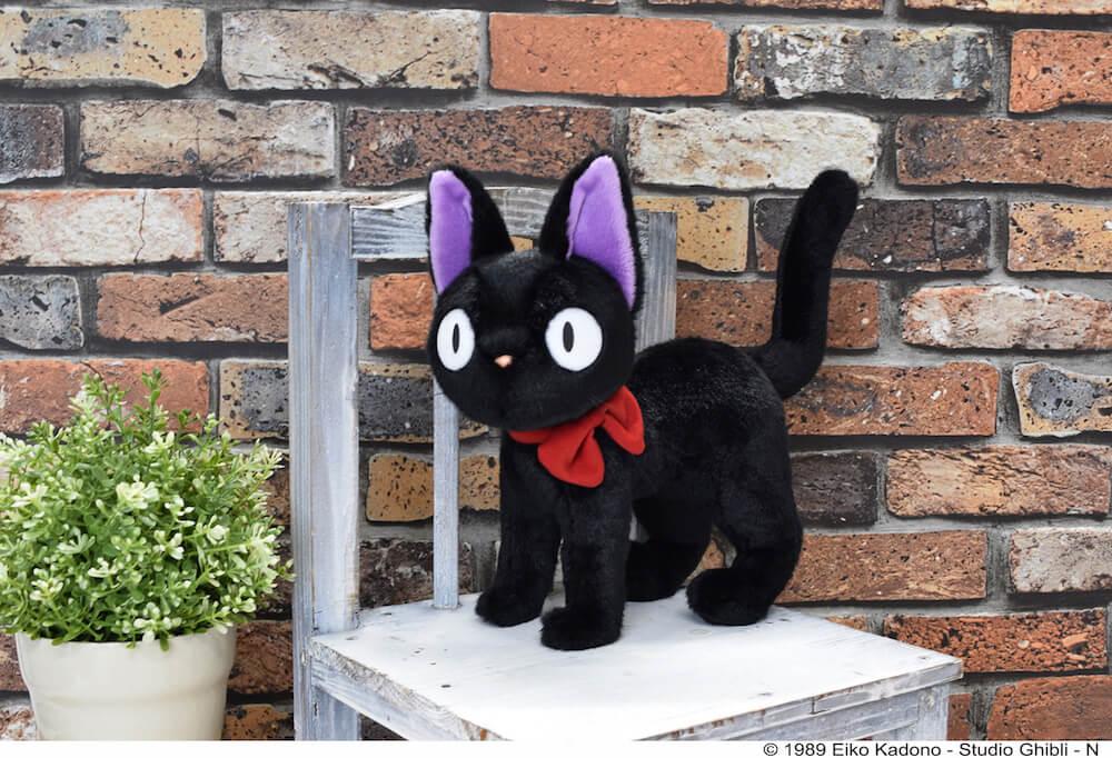 インテリアとして飾れる黒猫ジジのぬいぐるみ by 「魔女の宅急便」公開30周年記念