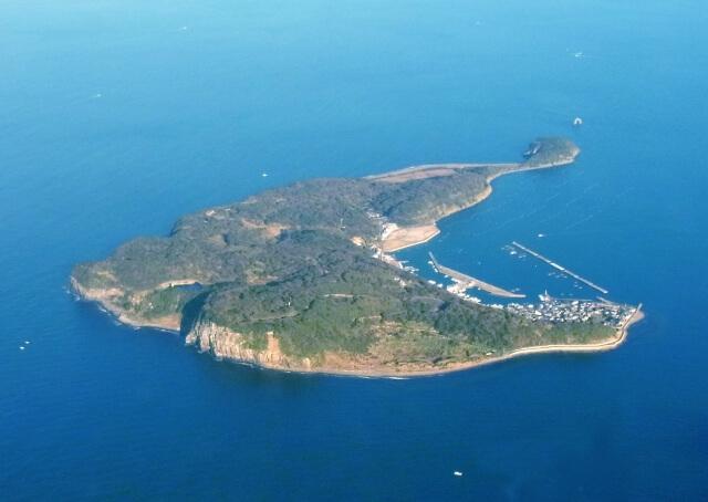 福岡県の玄界灘に浮かぶ猫島・相島の空撮イメージ