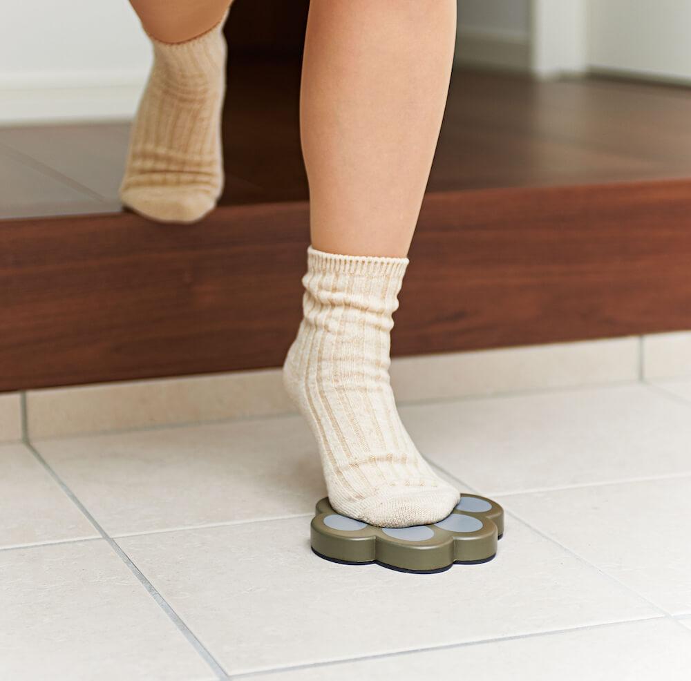 「玄関のちょい乗り ねこふんじゃった!」に片足を置いたイメージ