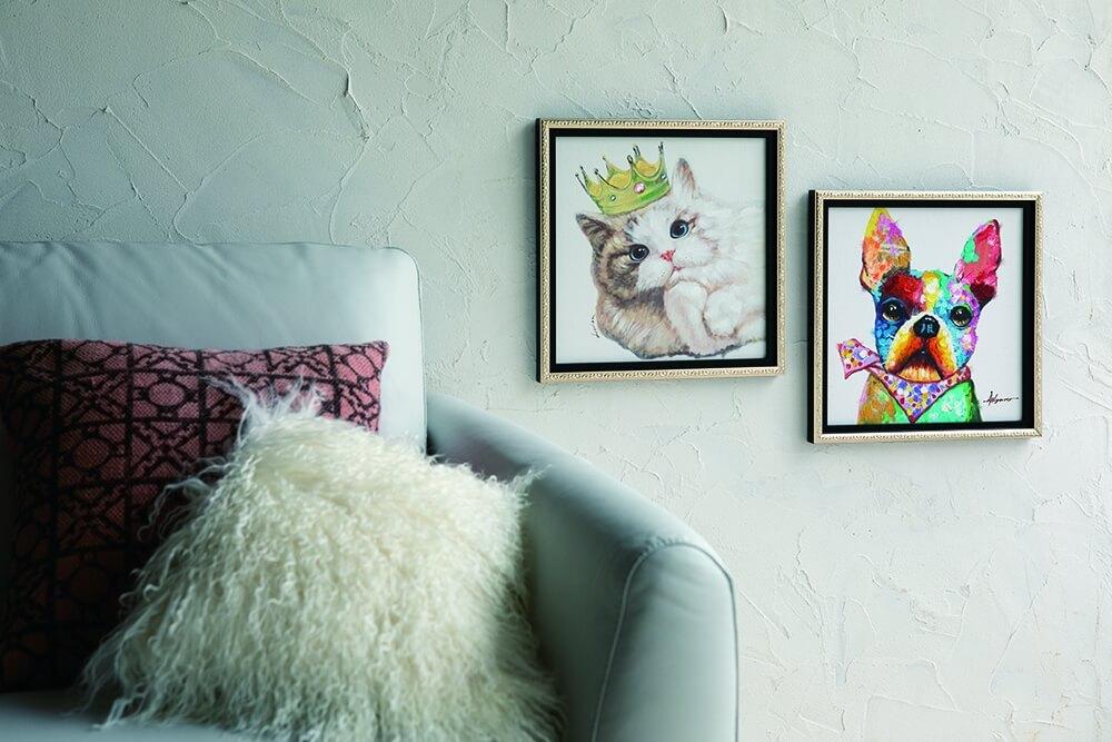 犬猫のペインティングフレームを飾ったイメージ by ディノス「HOUSE STYLING」
