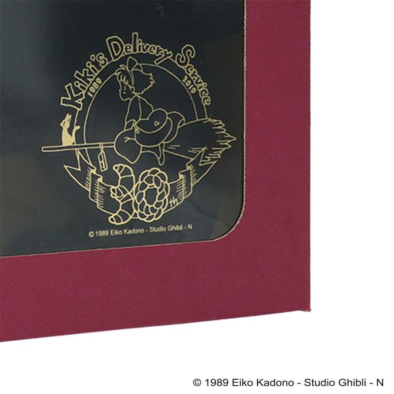 黒猫ジジのぬいぐるみ商品パッケージにプリントされている「魔女の宅急便」公開30周年記念ロゴ