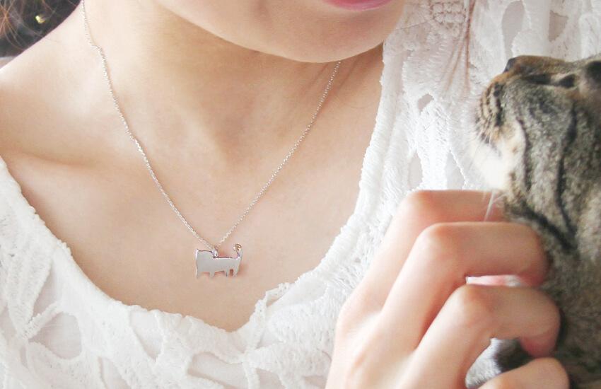 さくら猫、りんご猫、れもん猫をモチーフにしたジュエリーを身に着ける女性 by 猫ジュエリーブランドCatton(キャットン)