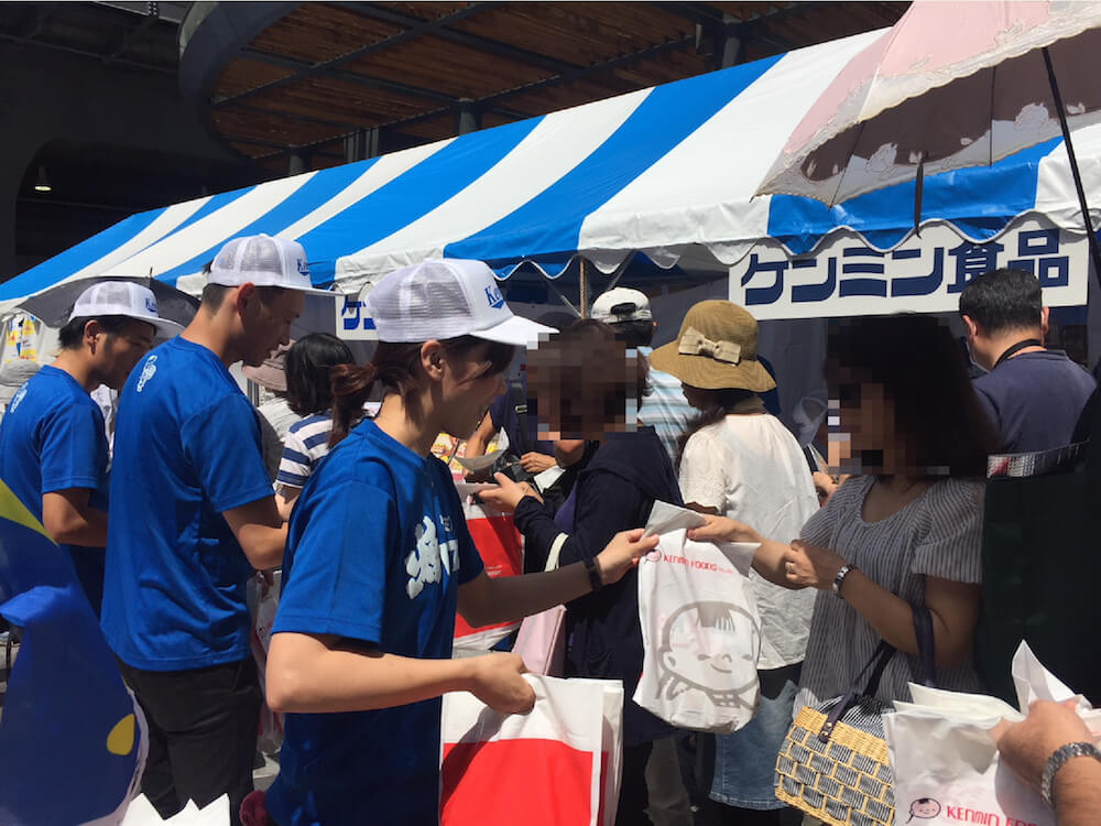 「にゃきビーフン」の配布イベント開催風景