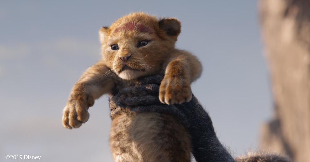 ディズニーのフルCG映画「ライオンキング」でシンバを掲げるシーン