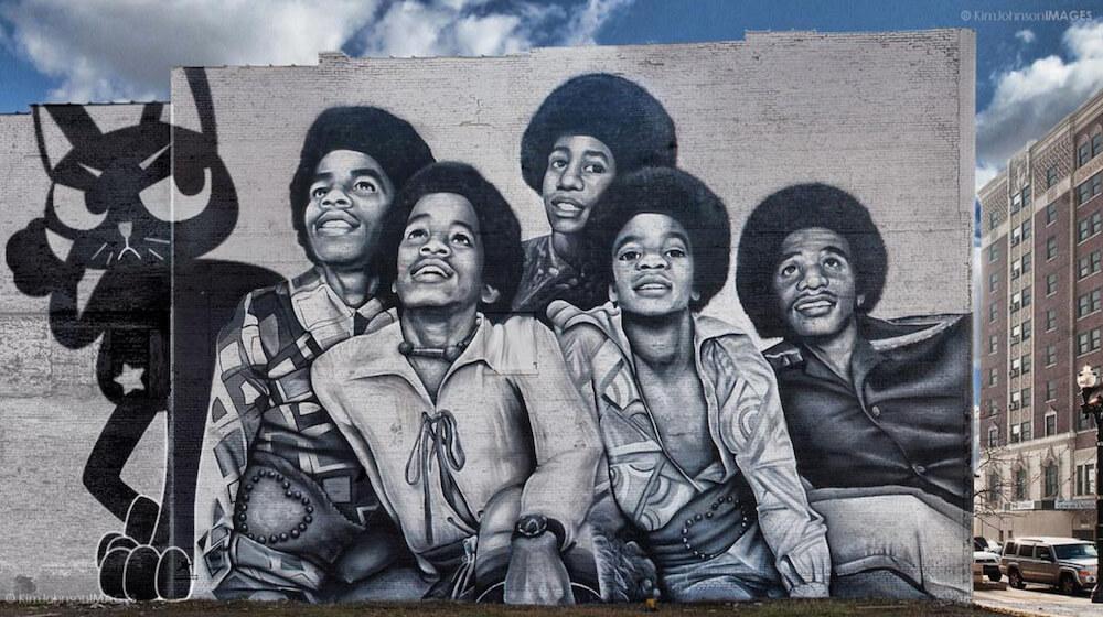 ジャクソン5と黒猫のバーチャルバンド「AMOW」