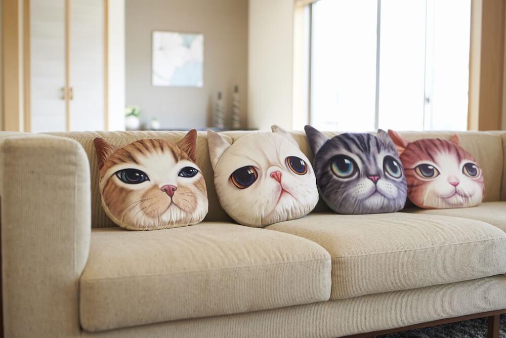 Koira&Kissa(コイラキッサ)の猫クッションをソファに並べたイメージ