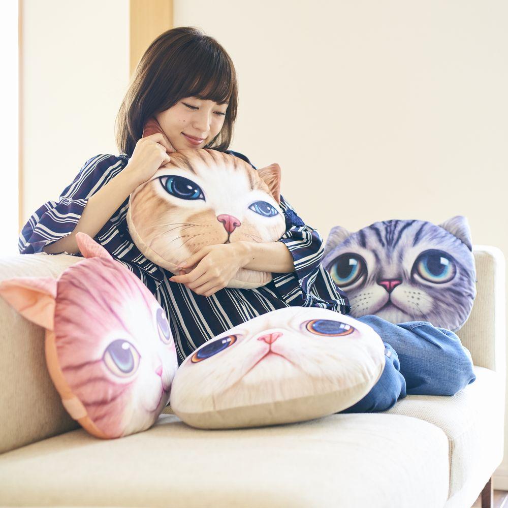 Koira&Kissa(コイラキッサ)の猫クッションを抱きしめる女性のイメージ