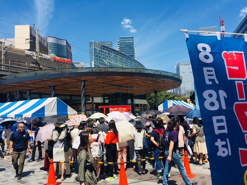 「にゃきビーフン」の無料試食、「ケンミン焼きビーフン」の不良配布イベント開催風景(東京有楽町)