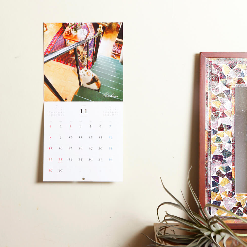 「パリにゃん カレンダー 2020」を部屋の壁に飾ったイメージ