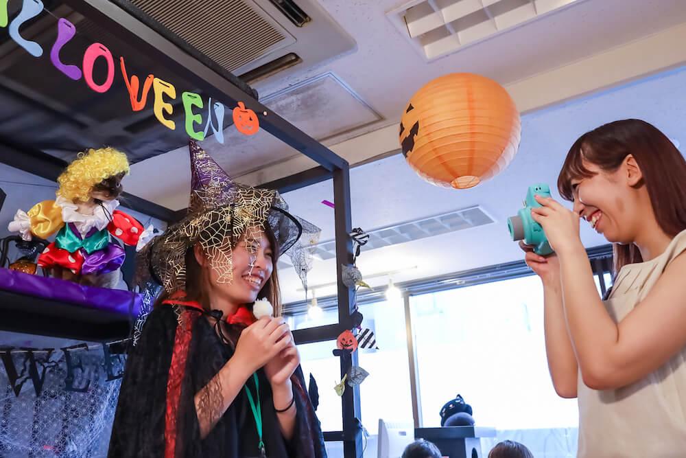 「猫カフェ 猫家」でハロウィン衣装を着て記念撮影をする様子