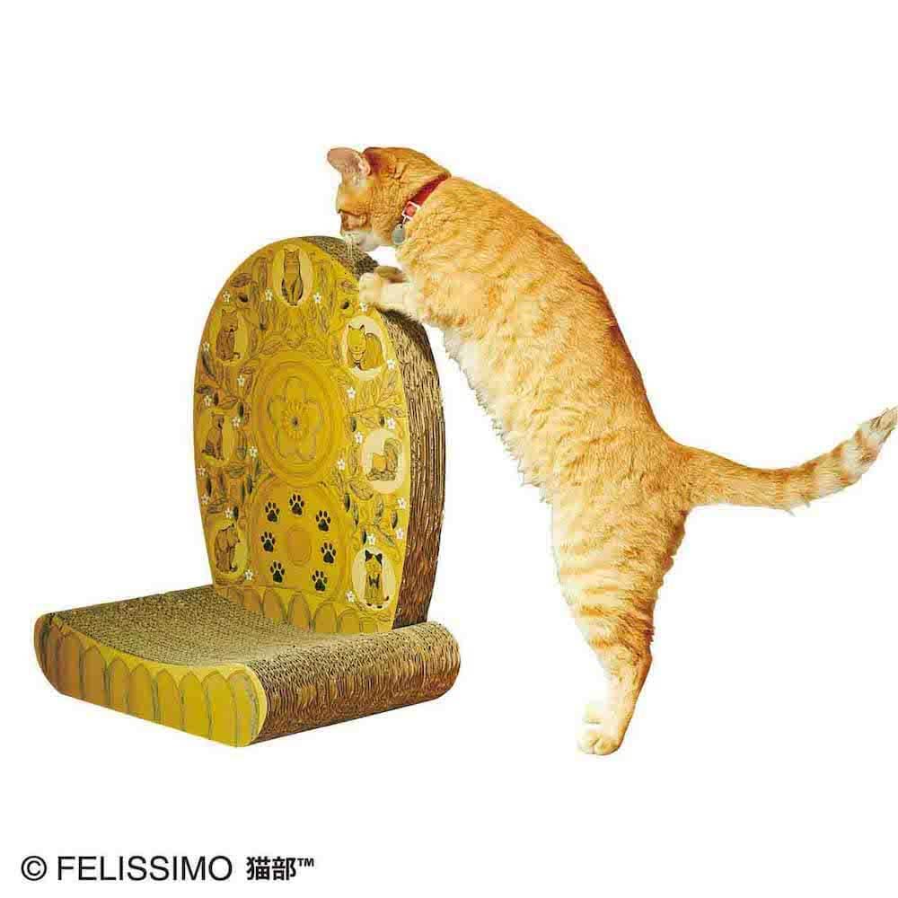立って「光背つめとぎ」で爪をとぐ猫
