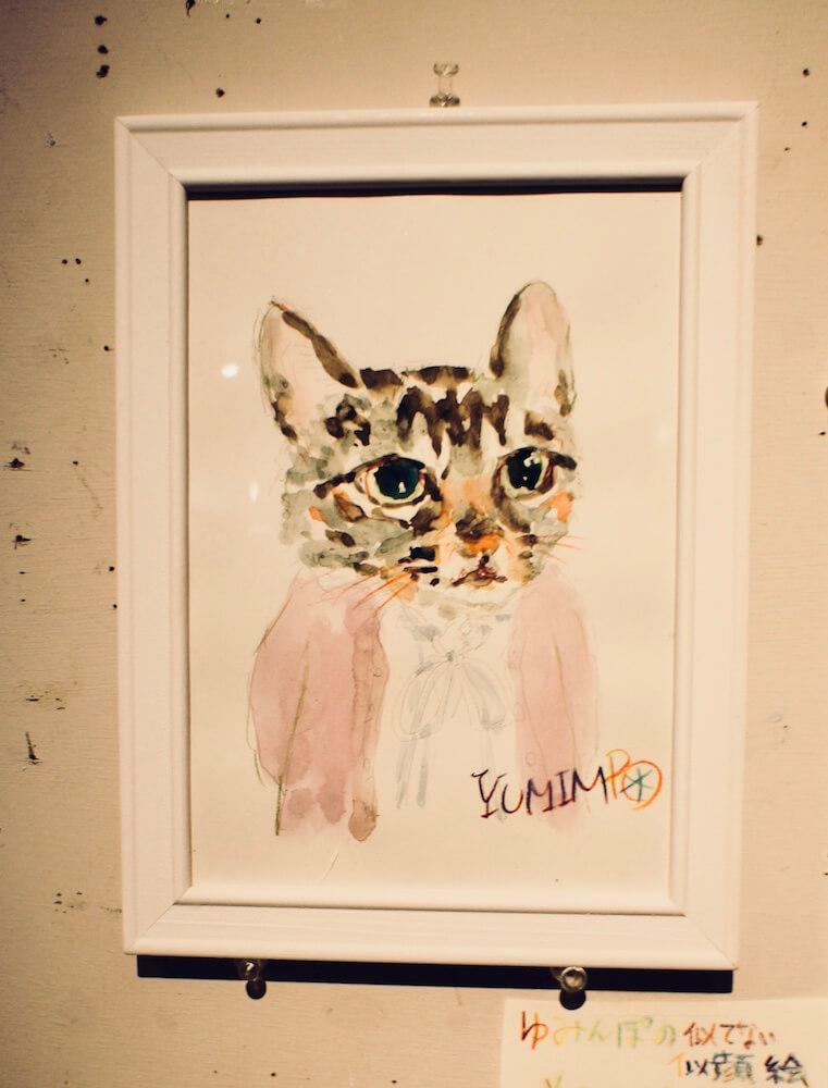 画家のYUMIMPO*(ゆみんぽ)さんが猫顔で似顔絵を描く「似てない似顔絵描き」の作品イメージ