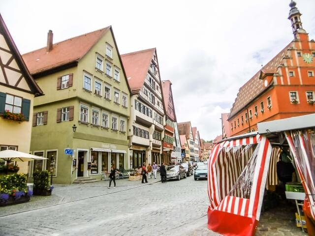 ドイツ・ディンケルスビュールの色とりどりな建築物が立ち並ぶ町並み