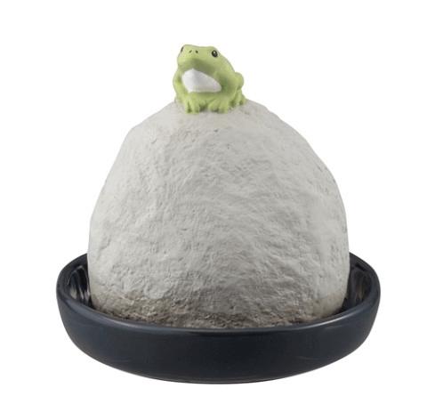 蛙の自然気化式の加湿器「潤いマスコット 潤い玉 石の上の蛙」製品イメージ