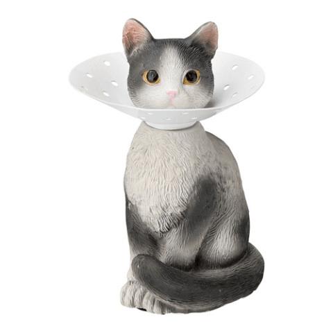 エリザベスカラーを付けた猫のピアスホルダー(ハチワレ)