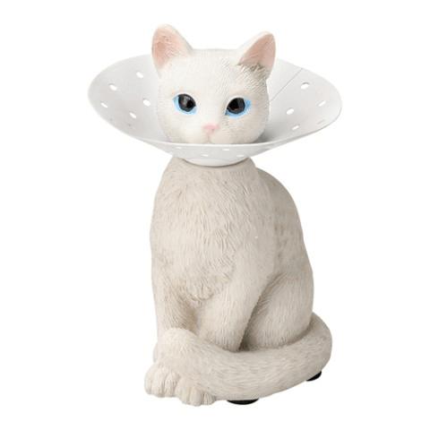 エリザベスカラーを付けた猫のピアスホルダー(白ネコ)