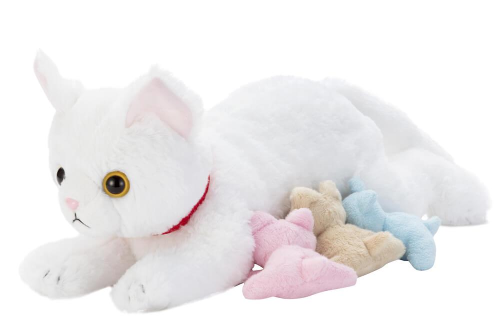 ぬいぐるみ玩具「ねこ産んじゃった!」の授乳シーン
