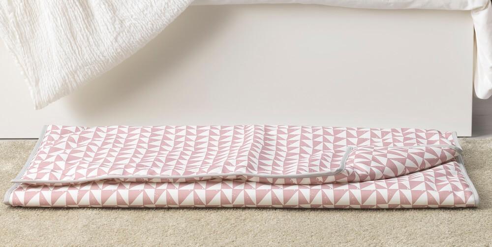 ピンクと白の柄の毛布 by イケアのペット用品シリーズ「LURVIG(ルールヴィグ)」