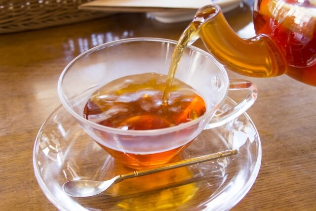 紅茶を入れるイメージ写真
