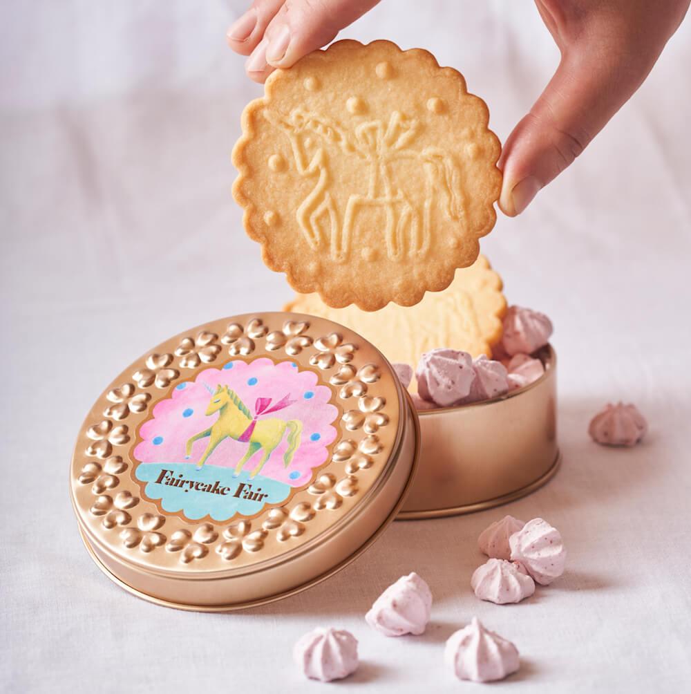 中にユニコーンをモチーフにしたビスケットとメレンゲが入った「プチカドーユニコーン」の製品パッケージ by Fairycake Fair(フェアリーケーキフェア)