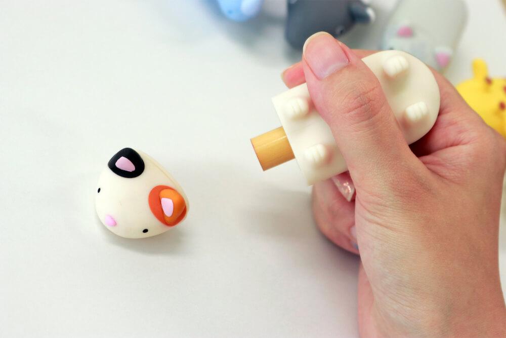 動物フィギュアのようなハンコ収納ケース「パペッタ」を使ってハンコを押すイメージ
