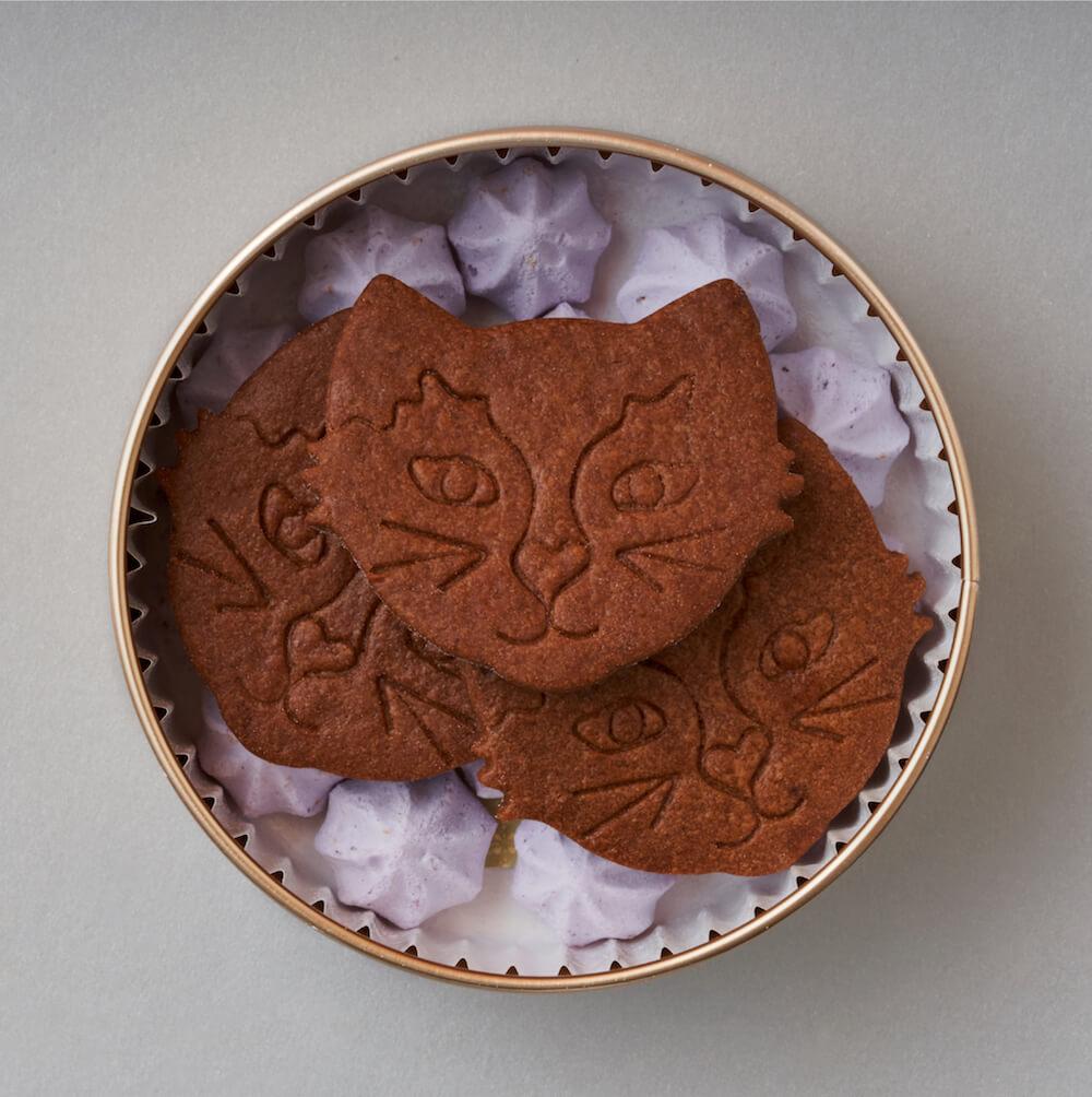ビスケットとメレンゲが入った焼き菓子缶「プチカドーシャノワール」の中身 by Fairycake Fair(フェアリーケーキフェア)