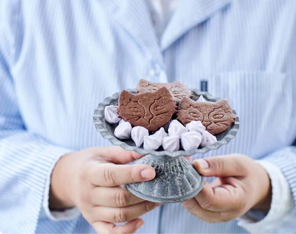 黒猫モチーフの焼き菓子「プチカドーシャノワール」の盛り付けイメージ