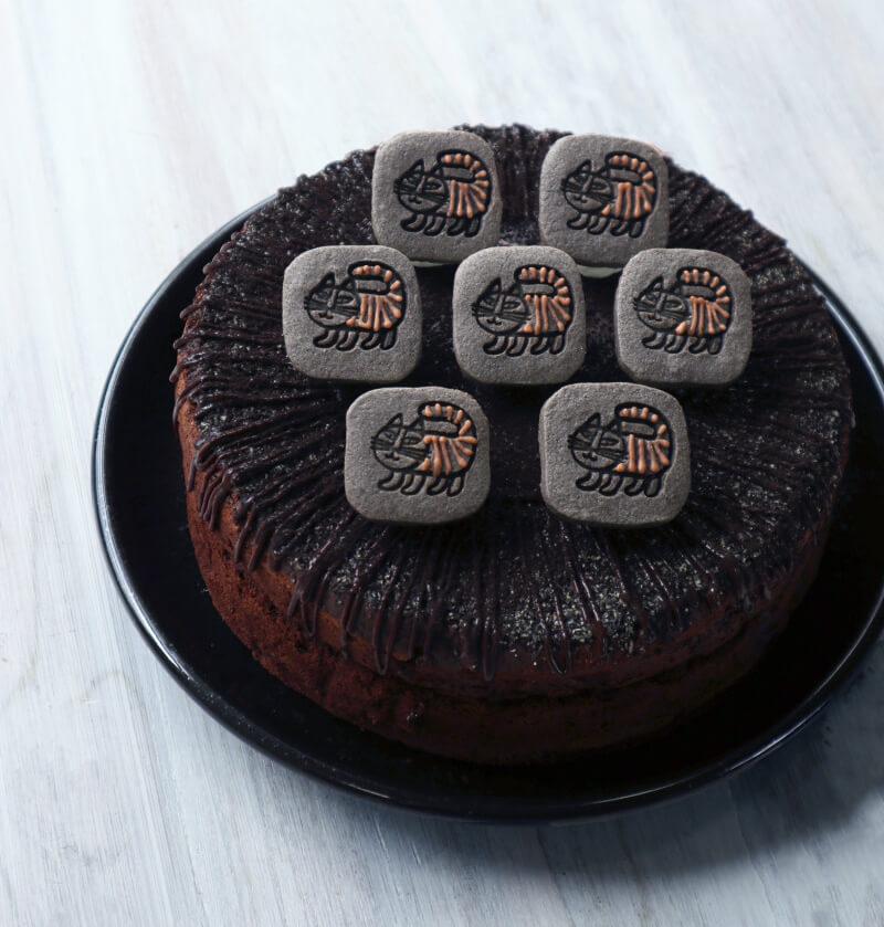 ベイビーマイキーのガトーショコラ by リサ・ラーソンのコラボカフェ「LISA LARSON Fika TOKYO」のスイーツメニュー