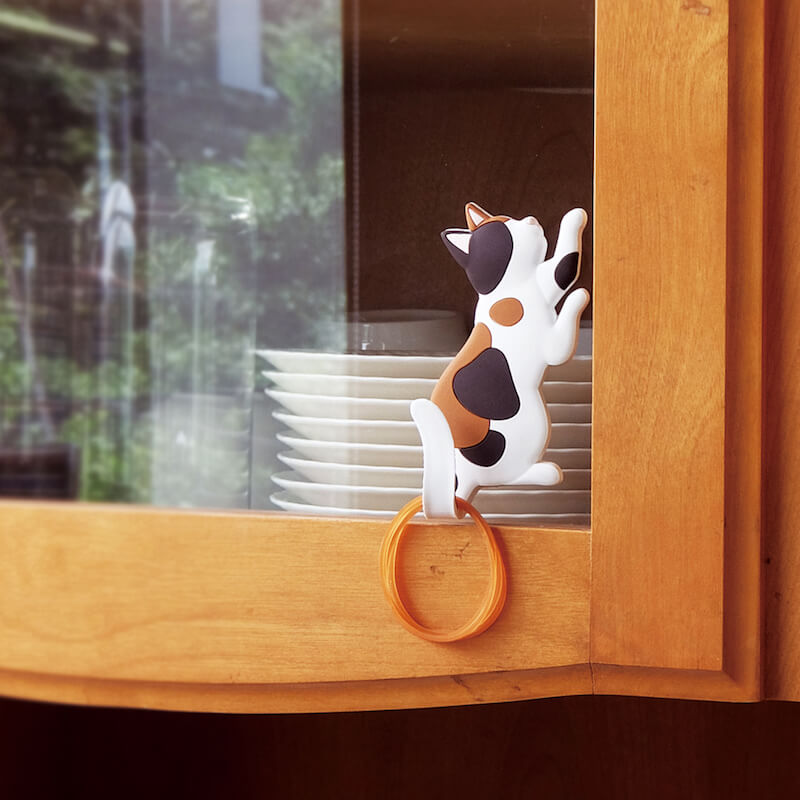 猫のしっぽに輪ゴムなどを掛けられるマグネットフック