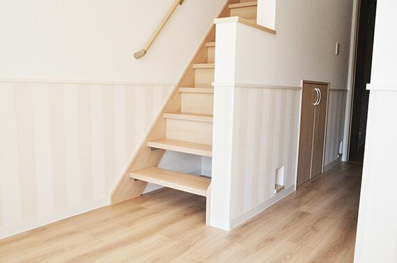 階段下の壁にあるネコ専用の出入り口  by 猫と暮らせる2階建ての賃貸住宅「猫の家」