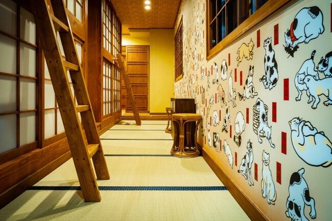歌川国芳の猫の浮世絵が描かれているホテル「ねこ旅籠」の壁面