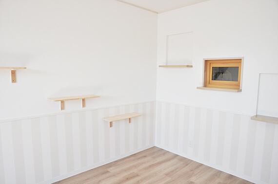 上下で異なる壁紙を使用している by 猫共生住宅のテラスハウス「ワコーレヴィアーノ高丸 猫の家」