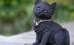深い黒色が高級感を感じさせるニャ〜老舗の竹材メーカーから竹炭を使ったお座り猫ちゃんが登場