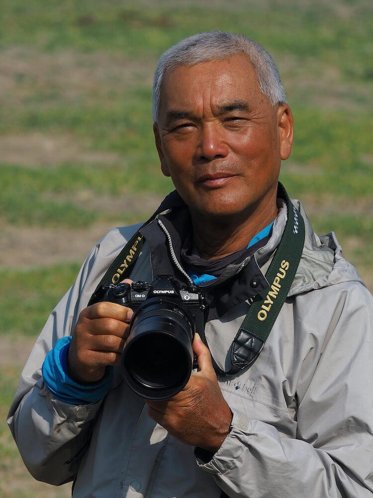 動物写真家の岩合光昭さんがカメラを手にした写真