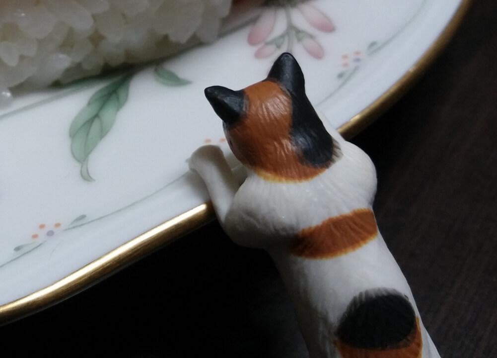 寿司を狙う猫のフィギュア