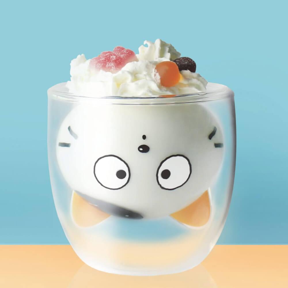 タマ&フレンズ「タマ」のグッドグラスにミルクを注いでキャラクターが出現した状態