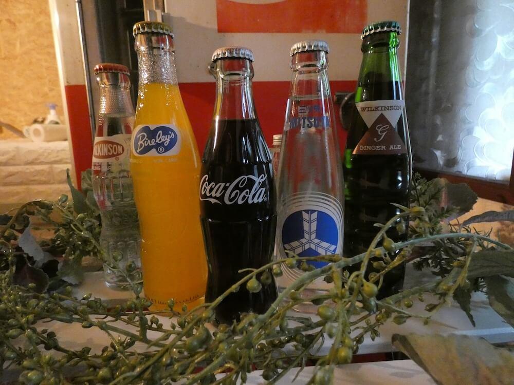 コカ・コーラや三ツ矢サイダー、バヤリースオレンジ、ウィルキンソン炭酸など懐かしいビン入りのソフトドリンク