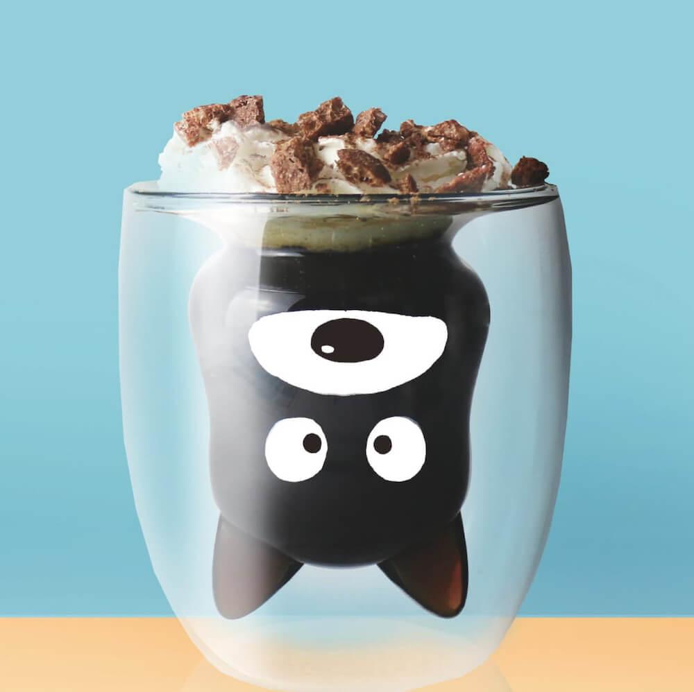 タマ&フレンズ「クロ」のグッドグラスにミルクを注いでキャラクターが出現した状態