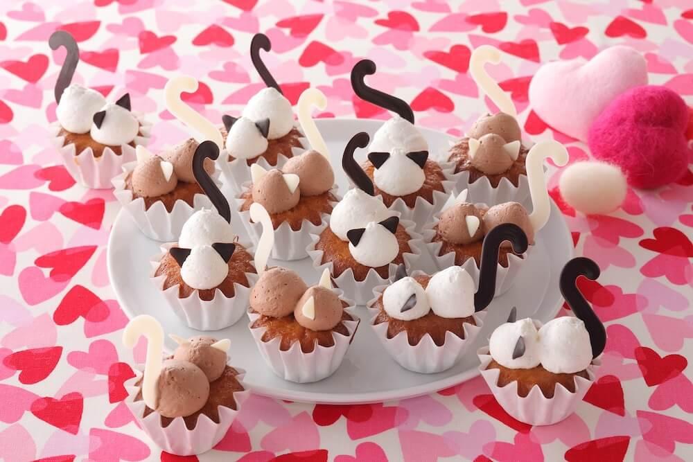 猫スイーツ「にゃんこ会議中カップケーキ」 by スイパラ