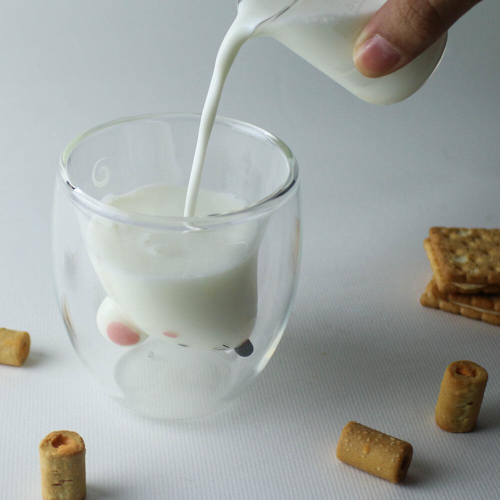 GOODGLAS(グッドグラス)のねずみ版「ちゅー」にミルクを注ぐイメージ