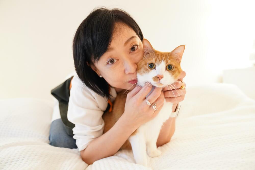 女優の川上麻衣子さんと愛猫のタック