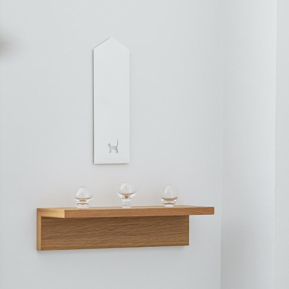 猫のシルエットがデザインされた「貼る神棚 アニマルズ」を部屋に飾ったイメージ
