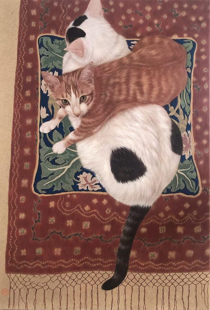 ぶちねこの上に乗って見上げる茶白猫の絵画、作品名「白玉枕」 by チン・ペイイ(陳 珮怡)