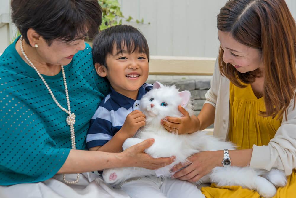 本物の猫のように家族に可愛がられる猫型ペットロボット「しっぽふりふり あまえんぼうねこちゃん」