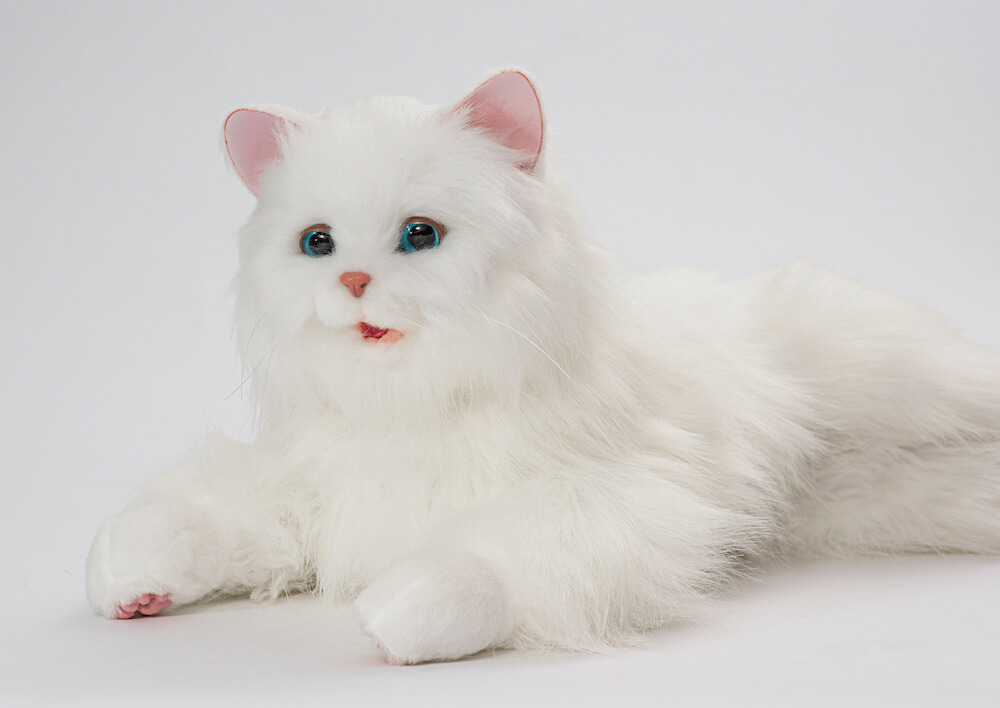 表情が豊かな猫型ペットロボット「しっぽふりふり あまえんぼうねこちゃん」製品イメージ