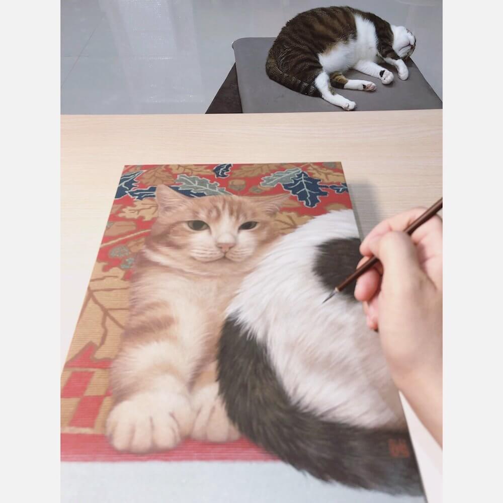 日本画と同じ手法で愛猫をモデルに絵画を描いている光景 by 台湾の画家 チン・ペイイ(陳 珮怡)